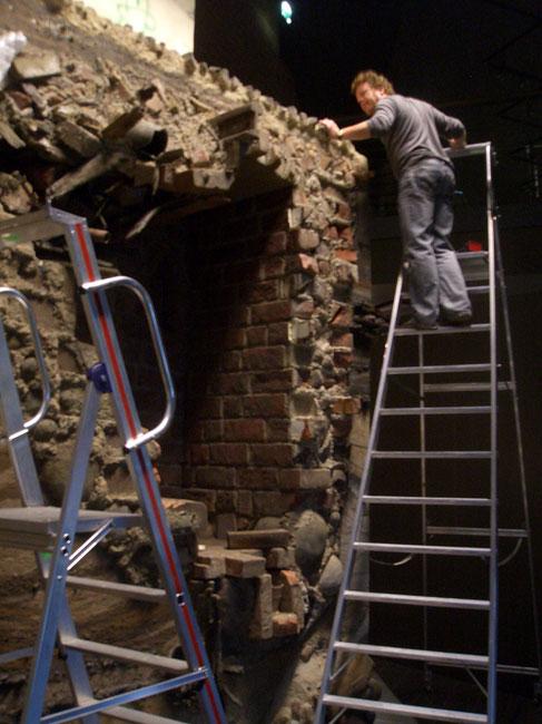 Mittelalterliche-Kellerszene-wird-aufgebaut